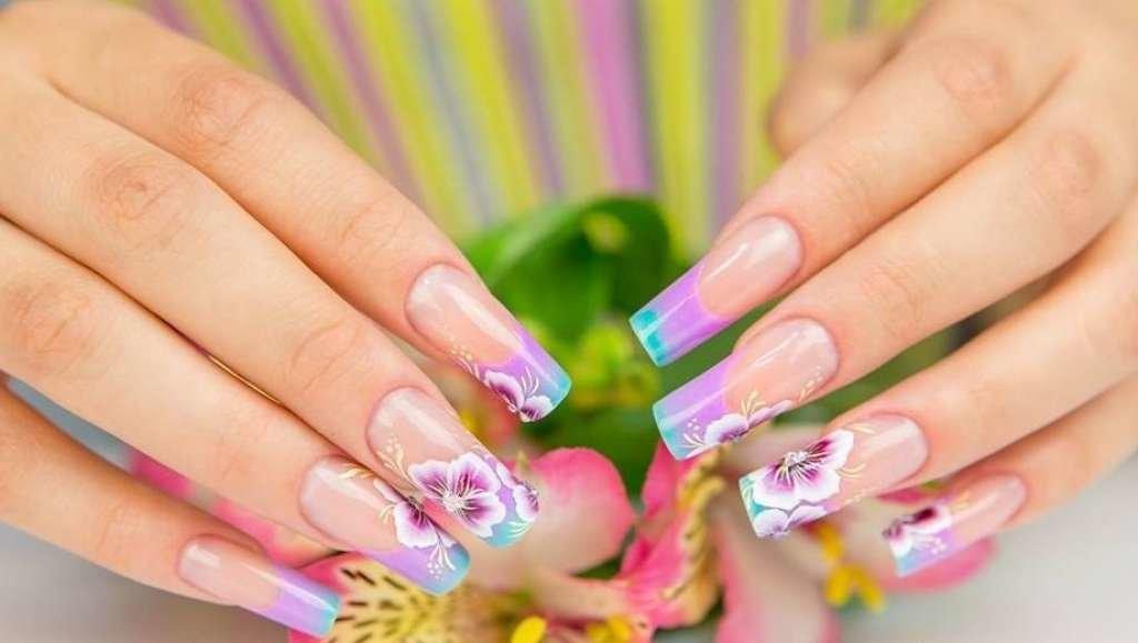 Французский цветочный маникюр на ногтях
