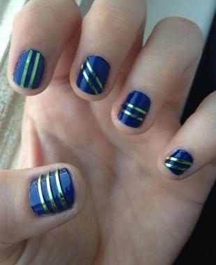 Маникюр с фольгой, синий дизайн ногтей с золотыми полосками