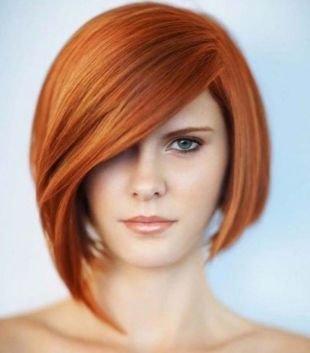Ярко рыжий цвет волос на средние волосы, градуированное каре с длинной челкой для круглого лица