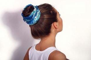 Шоколадный цвет волос на средние волосы, прическа высокий пучок с ярким синим платком