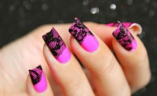 Маникюр с кружевами, эффектный дизайн ногтей: черное кружево на ярко розовой основе
