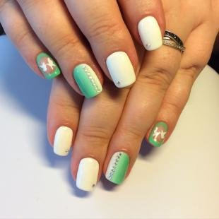 Маникюр на средние ногти, бело-зеленый маникюр с рисунком и стразами