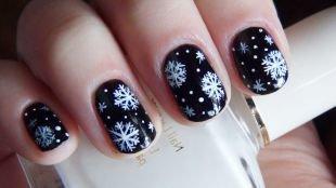 Маникюр на Новый год, зимний маникюр черным лаком со снежинками