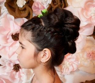 Цвет волос горький шоколад, красивая прическа на выпускной в детском саду