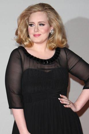 Карамельно русый цвет волос на средние волосы, прическа для круглого лица на основе распущенных волос