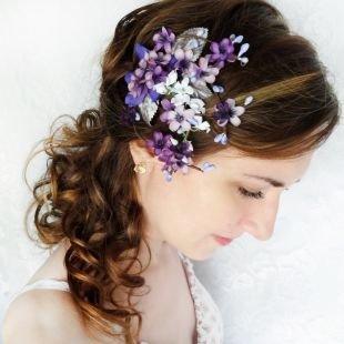 Цвет волос темный каштан, милая свадебная прическа - боковой конский хвост с накрученными прядями