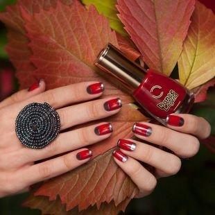 Маникюр на средние ногти, серебристо-красный перевернутый френч