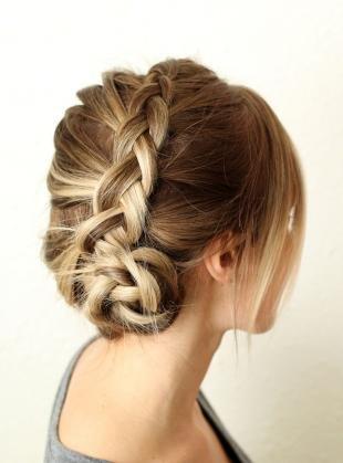 Мелирование на темные волосы, модная прическа с косами на средние волосы