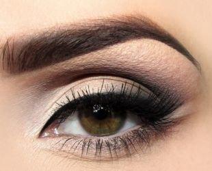 Макияж для шатенок с зелеными глазами, макияж для нависшего века в стиле smoky eyes
