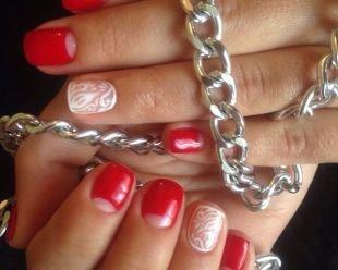 Лунный маникюр, красный лунный маникюр с нежными белыми рисунками на короткие ногти