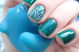 """Дизайн ногтей, темно-зеленый маникюр в технике """"стемпинг"""""""