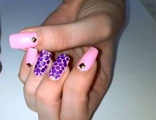 Дизайн гелевых ногтей, розовый маникюр с фиолетовым горошком