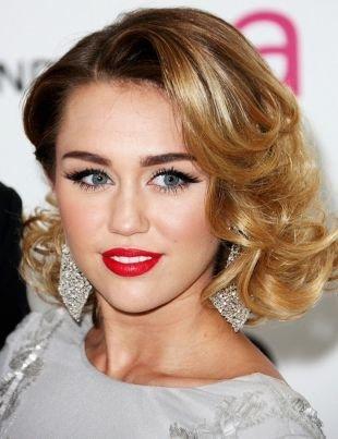 Цвет волос золотистый блонд, кудрявая прическа на средние волосы