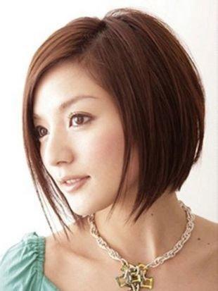 Каштановый цвет волос, смелая стрижка прическа каре