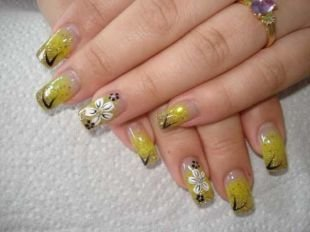 Желтый маникюр, песочный дизайн нарощенных ногтей с белыми цветами