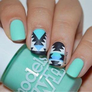 Абстрактные рисунки на ногтях, голубой маникюр с геометрическим принтом