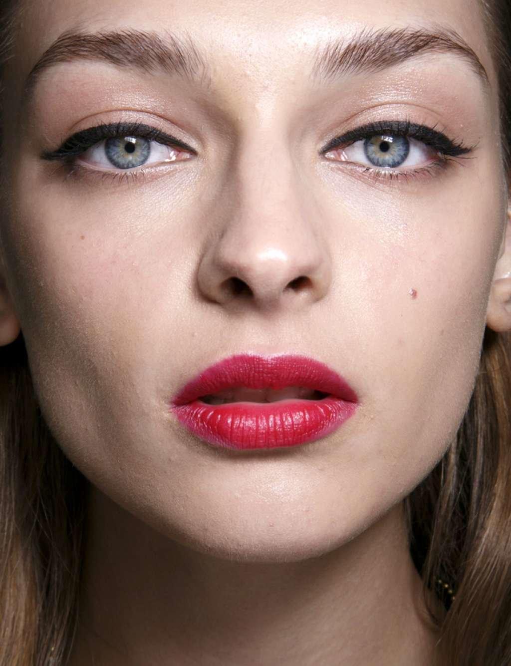 Макияж для брюнеток с голубыми глазами и красной помадой фото
