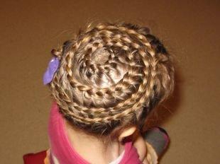 Праздничные детские прически на длинные волосы, оригинальная прическа с плетением «улитка» для девочек
