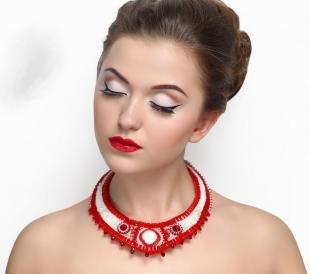 Макияж с красной помадой, великолепный макияж с ретро-стрелками
