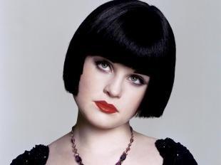 Иссиня-черный цвет волос, неправильная прическа для круглого лица
