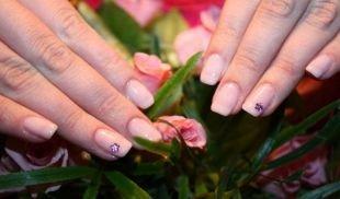 Школьный маникюр на короткие ногти, натуральный маникюр с цветочком-наклейкой