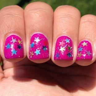 Розовый маникюр, ярко-розовый маникюр с металлическим декором - звездочки