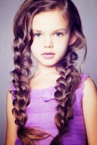 Каштановый цвет волос на длинные волосы, детская прическа с двумя косами