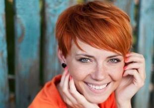 Янтарный цвет волос, модная стрижка для рыжеволосой девушки