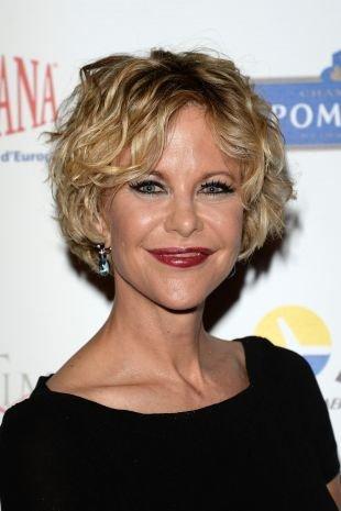 Цвет волос золотистый блонд на короткие волосы, короткие стрижки для женщин после 40 лет с вытянутой формой лица