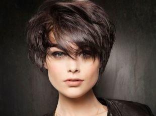 Темно шоколадный цвет волос, стильная укладка короткой многослойной стрижки