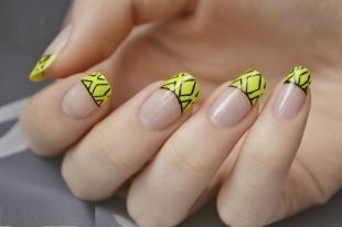 Рисунки на ногтях шеллаком, желтый френч с черными узорами