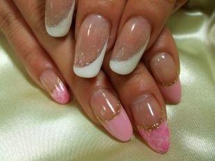 Бело-розовый маникюр, нежный френч с блестками на нарощенных ногтях