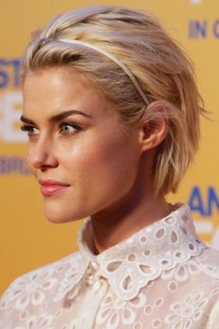 Цвет волос песочный блондин, быстрая укладка короткой стрижки