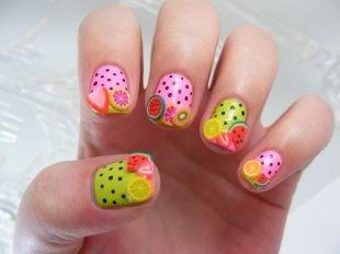 Оригинальные рисунки на ногтях, веселенький розово-салатовый в черный горошек маникюр с наклейками фимо фруктами