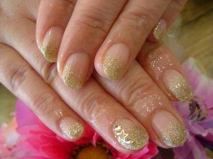 Френч с блестками, золотистый французский маникюр (френч) на коротких ногтях