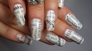 Черно-белые рисунки на ногтях, белый маникюр с газетным принтом