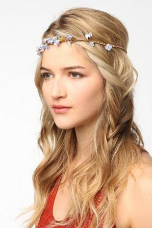 Цвет волос теплый блонд, греческая прическа на основе распущенных волос