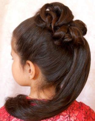 Цвет волос темный шатен, праздничная прическа в детский сад