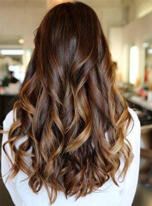 Темно шоколадный цвет волос, мелирование на темные волосы с плавным переходом от корней к концам волос
