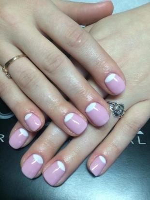 Маникюр разными лаками, бледно-розовый лунный маникюр с белыми лунками