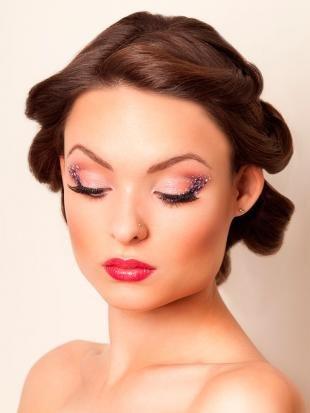 Hochzeit-Make-up mit roten Lippen,