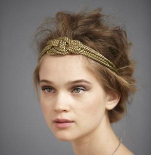 Модные прически на выпускной на средние волосы, небрежная греческая прическа с ободком