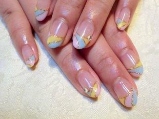 Дизайн ногтей, розово-желто-голубой френч с золотистой каемочкой и стразами