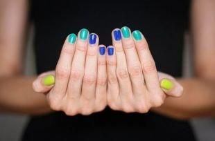 Маникюр на очень коротких ногтях, сине-зелено-желтый маникюр по фен-шуй