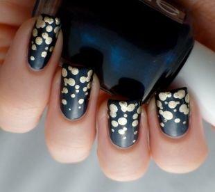 Простой дизайн ногтей, черный маникюр с золотыми капельками