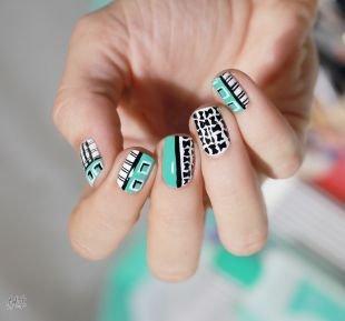 Оригинальные рисунки на ногтях, интересный голубо-черно белый маникюр с рисунком на коротких ногтях