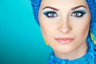 Макияж в синих тонах, красочный макияж для брюнеток