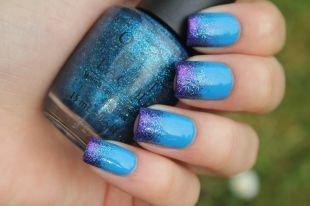 Простой дизайн ногтей, синий градиентный маникюр с блестками