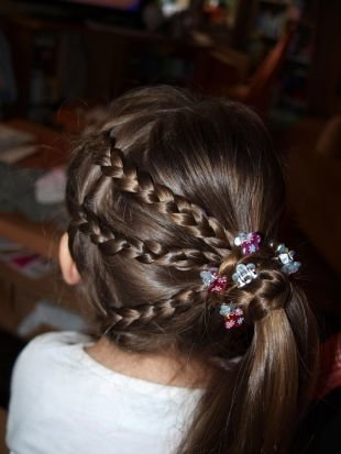 Коричневый цвет волос, прическа в детский сад - боковой хвост с косичками