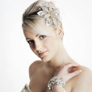 Холодно бежевый цвет волос, изящные свадебные аксессуары для волос